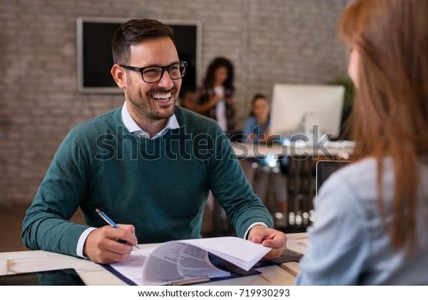 求職面試,商人聽候選人答案。