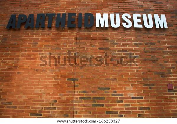 ヨハネスバーグ、1月20日:2010年1月20日、ヨハネスバーグのアパルトヘイト美術館の看板が美術館の入り口に立っている。20世紀の南アフリカを扱う世界有数の博物館。