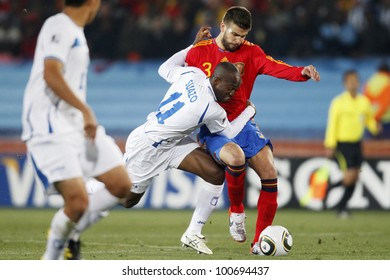 JOHANNESBURG, SOUTH AFRICA - JUNE 21:  David Suazo of Honduras (l) and Gerard Pique of Spain (r) fight for the ball during a 2010 World Cup match.  Editorial only.  No push to mobile device use.