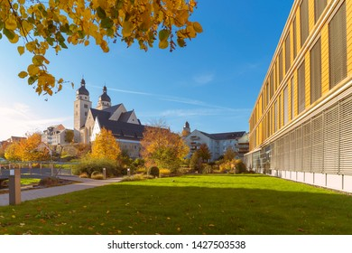 Johanniskirche (errichtet 1122) in Plauen Vogtland, rechts im Rathaus.