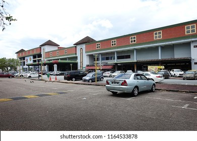 JOHOR BAHRU, MALAYSIA-AUG 25, 2018: Shoppers park their car at Giant Hypermarket open air car park at Pelangi Leisure Mall. Giant hypermarket is one of the biggest and popular hypermarket in Malaysia.