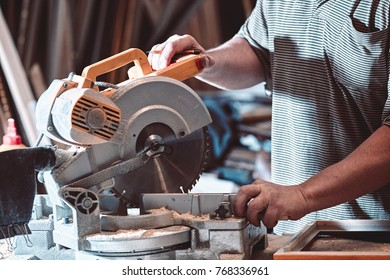 The joiner processes the billet on a circular saw to produce a baguette for paintings or posters.