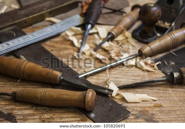 Tischlerwerkzeuge auf Holzhintergrund