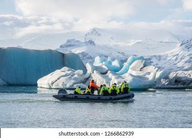 Jokulsarlon Iceland - Oktober 7. 2018: Zodiac boat tour on Jokulsarlon Ice lagoon