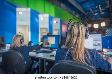 Ein Journalist, der an einem Computer in Newsroom arbeitet