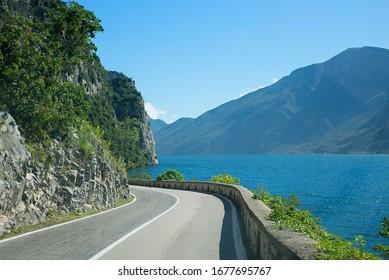 Reise an der Gardesana Straße an der Westseite des Gardasees kursiv. touristisches Gebiet Lombardy