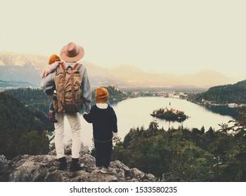 Voyagez la Slovénie avec des enfants. Les familles voyagent en Europe. Femme de randonnée avec enfants sur le lac Bled au milieu de la nature et des Alpes. Une mère voyageuse avec son sac à dos avec ses enfants en vacances d'automne ou d'hiver
