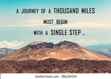Eine Reise von tausend Meilen muss mit einem einzigen Schritt beginnen. Motivierendes Zitat auf blauem bewölktem Himmelshintergrund und Vulkanberg. Lebhaftes mehrfarbiges Außenbild mit horizontalem Filter