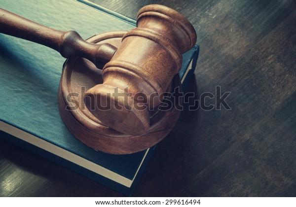 Richterstuhl und Rechtsbuch auf Holztisch