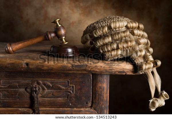 peluca y martillo o martillo del tribunal del juez