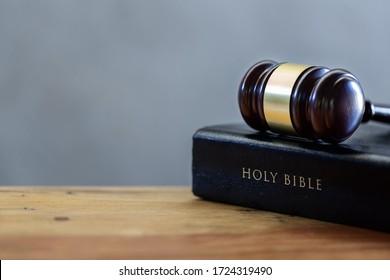 Das Buch des Richters und die heilige Bibel auf dem Holztisch
