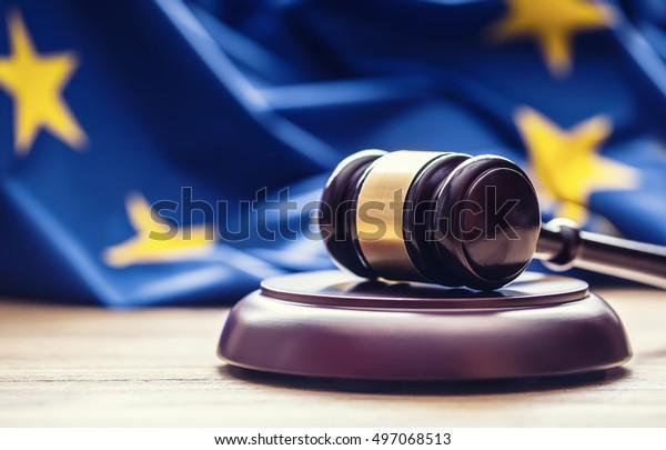 Richter hölzernes Avel mit EU-Flagge im Hintergrund.