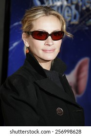 """Julia Roberts at the Los Angeles premiere of """"Charlotte's Web"""" held at the ArcLight Cinemas in Hollywood on December 10, 2006."""