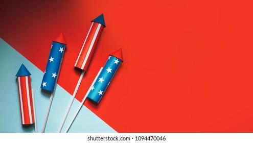 4 juli raketten voor vuurwerk op een blauwrode achtergrond met ruimte voor tekst. in de stijl van minimalisme