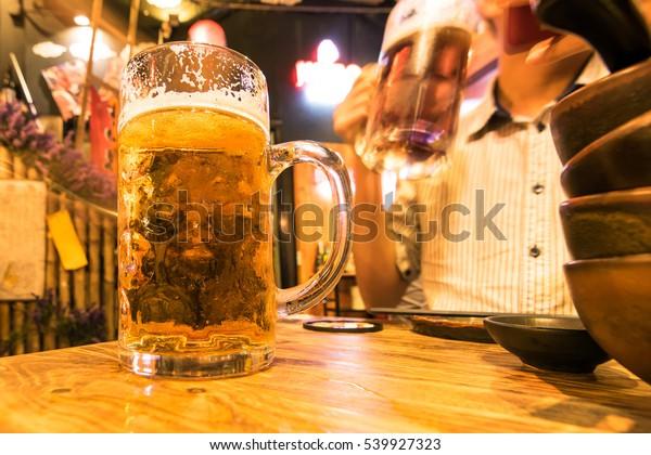 日本料理店のテーブルの上にあるビールのジャンボグラス