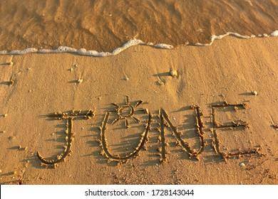 6月1日、小石、海、海の水の背景に砂浜に手書き。 バケーションホリデーハネムーントラベルツーリズムバケーションシーズンケープアイランドリゾートカップルゴールハピネスバナー画像