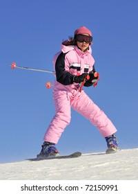 Jung girl skiing