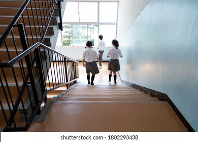 Junior high school students who go down the stairs