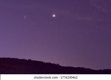 Jupiter et Saturne planètes dans le ciel nocturne.