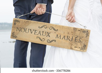 Just Married writing on a wooden sign