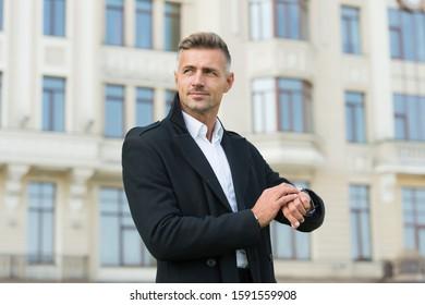 Just in time. Schöner Mann trägt luxuriöse Uhr urbanen Hintergrund defokussiert. Symbol des Erfolgs. Konzept der Geschäftsleute. Geschäftsmann mit teuren Accessoires. Wrestsuhr. Hochwertige Uhr.
