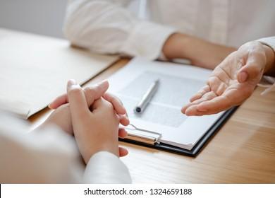 Rechtsauffassung, Rechtsberatung mit Klienten Gespräch über Rechtsanwaltskanzlei.