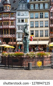 Römerberg, Römer, with justice fountain Statue Justitia in bronze and historic town hall, Frankfurt am Main, Hesse, Germany, Europe, Aug 2014
