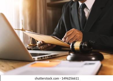 Recht und Recht Konzept.Männer Richter in einem Gerichtssaal mit dem Handschuh, mit der Arbeit mit, Computer und Docking-Tastatur, Brille, auf Tisch in Morgenlicht