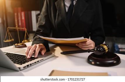 Rechtsauffassung.Richter in einem Gerichtssaal auf Holztisch und Rechtsberater oder Rechtsanwalt bei Männern im Amt. Rechtsrecht, Rechtsberatung und Rechtsauffassung.