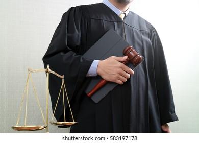 concept de justice et de droit.Juge masculin dans une salle d'audience avec le gavel et l'équilibre de l'échelle et le tablette numérique