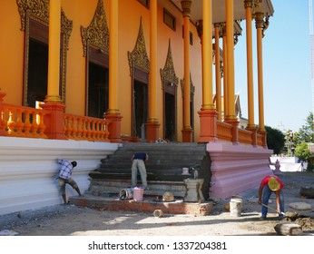 Kampong Thom, Cambodia. 19-12-2018. Men working on the new Wat Kampong Thom or Entri Sam Voreak Pagoda, temple complex.