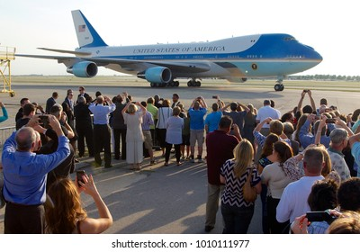 Kansas City Missouri, USA, 29th July, 2014 Air Force One taxis into MCI Airport in with President Barak Obama onboard. A small crowd of selected well wishers are ready to greet the President