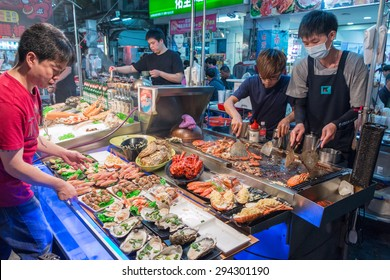 KAOHSIUNG, TAIWAN - APR 20 : Chief prepares seafood to be sold in Kaohsiung night market on April 20, 2015. People enjoy food at night market in Taiwan. And is one of the unique culture in Taiwan.
