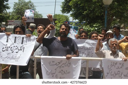 KARACHI, PAKISTAN - MAY 27: Relatives of Muhammad Mujtaba who died due to mistreatment by doctors at National Institute for Child Health, protesting for justice on May 27, 2016 in Karachi.