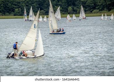 Kartuzy, Polen - 03 august 2016: some optimist dinghy sailing competition sailing