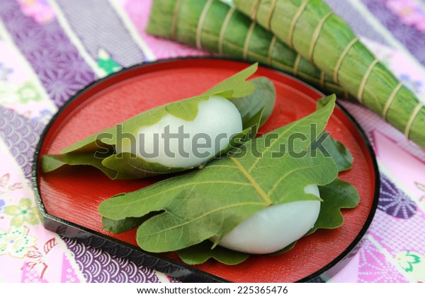 kashiwamochi/a rice cake which contains bean jam and is wrapped in an oak leaf