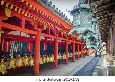 Kasuga Taisha is famous for its lanterns, which have been donated by worshipers. Hundreds of bronze lanterns can be found hanging from the buildings,