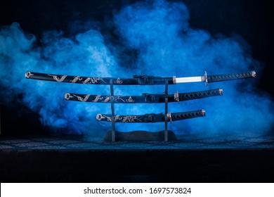 Katana, Wakizashi und Tanto auf einem Ständer, erste Klinge teilweise sichtbar