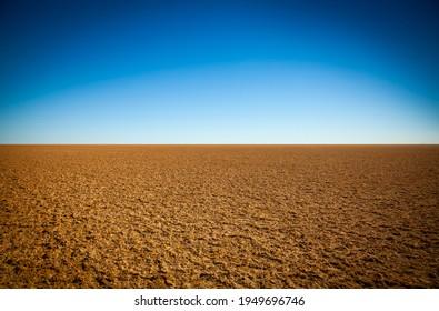 Kati Thanda, Lac Eyre. Un désert à plat sec et infatigable. Un lac déchiqueté en train de créer un plat de sel utilisé pour un record de vitesse terrestre en Australie du Sud.