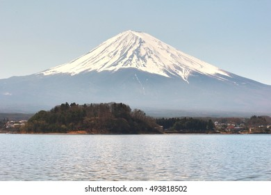 kawaguchiko lake with fuji mountain background