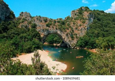 Kayak en Ardèche à Vallon-Pont-d'Arc en France un jour d'été.
