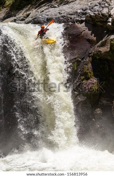 ウォーターフォールカヤックジャンプサンガイ国立公園エクアドル