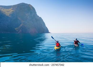 Kayak en el mar desde atrás .