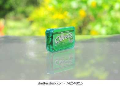 KEDAH, MALAYSIA - 9 OCTOBER, 2017: CLORETS is a food brand that on a reflection background and green background.