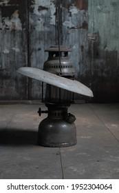 Keindahan sebuah barang antik lampu minyak.