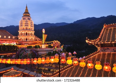 kek lok Si temple light up at blue hour