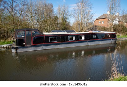Kennet and Avon Canal, Aldermaston Wharf, Berkshire, England, UK. 2021. A smart houseboat on the Kennet River, in Berkshire countryside,