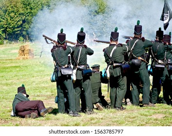 KENT,MILITARY ODYESSY SHOW,ENGLAND.-22 AUGUST 2007.British  Army Waterloo reenactors aim muskets towards the French.