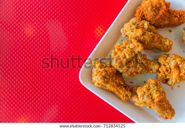 жареная курица в стиле Кентукки на красном фоне с пространством для текста