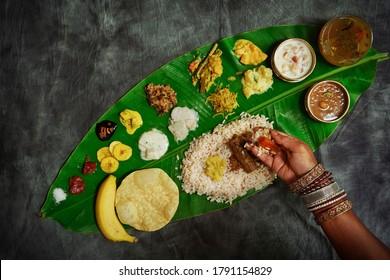 Fête de l'Onam du Kerala / Manger de l'Ona-Sadya en feuille de bananier pendant la fête de l'Onam